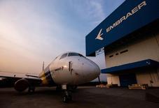 Jato Embraer E-175 do lado de fora da fábrica da empresa em São José dos Campos. 16/10/2014 REUTERS/Roosevelt Cassio