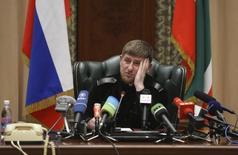 Глава Чечни Рамзан Кадыров на пресс-конференции в Грозном. 7 марта 2011 года. Лидер Чечни Рамзан Кадыров, поставивший под сомнение прочность политической конструкции Кремля угрозой стрелять по силовикам из других регионов, назвал свое заявление проявлением эмоций. REUTERS/Kazbek Basayev