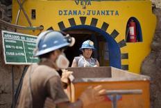 Mineros de la compañía Aurelsa en una operación cerca de Relave, Perú, feb 20 2014. Perú recortó el jueves su estimación de crecimiento económico para este año en un escenario de mayor déficit fiscal, en momentos en que la baja de los precios de las materias primas ha golpeado al país minero. REUTERS/ Enrique Castro-Mendivil