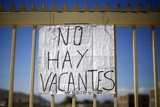 Un anuncio de cupos laborales copados en una obra en construcción en Santiago, nov 10 2014. El desempleo en Chile se mantuvo en 6,1 por ciento en el trimestre móvil enero-marzo, en medio de una modesta recuperación de la actividad económica y una menor presión de personas que buscan trabajo, dijo el jueves una agencia gubernamental. REUTERS/Ivan Alvarado