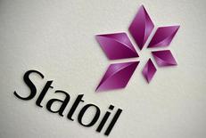 El logo de Statoil en una presentación de la firma en Londres, feb 6 2015. La petrolera noruega Statoil reportó una sorpresiva pérdida neta en el primer trimestre por una amortización en el valor de su negocio estadounidense de esquisto, pero sus cifras operacionales superaron los pronósticos y la firma dejó satisfechos a los inversores al mantener su dividendo. REUTERS/Toby Melville