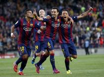 Xavi Hernandez (centro), do Barcelona, comemora gol contra o Getafe junto aos colegas Rafinha (esquerda) e Adriano durante jogo do Campeonato Espanhol em Barcelona, na Espanha. 28/04/2015 REUTERS/Gustau Nacarino
