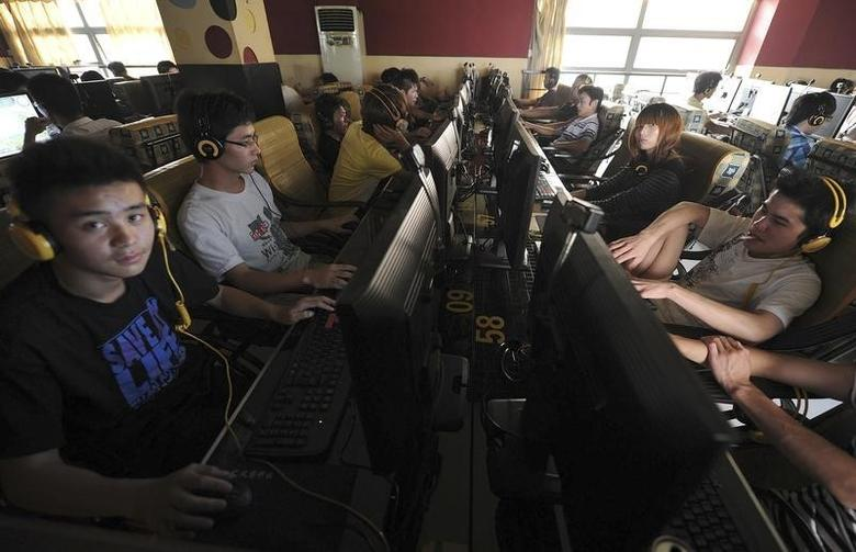 File photo of people at an internet cafe in Hefei, Anhui province, September 15, 2011.    REUTERS/Stringer