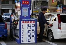 L'inflation de base au Japon, qui inclut les prix du pétrole mais exclut les prix des produits alimentaires frais, a augmenté de 2,2% en mars, les coûts liés au pétrole se stabilisant, mais les analystes s'attendent à une baisse des prix dans les mois qui viennent. /Photo d'archives/REUTERS/Issei Kato
