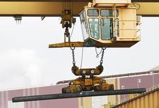 Una tabla de acero siendo transportada en la planta ThyssenKrupp Steel USA en Calvert, EEUU, nov 22 2013. El crecimiento del sector manufacturero en Estados Unidos se mantuvo en mínimos de casi dos años en abril, dado que un repunte en los nuevos pedidos fue contrarrestado por una caída de las contrataciones a su nivel más bajo en más de cinco años, mostró el viernes un informe.   REUTERS/Lyle Ratliff