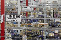 Unos trabajadores en la planta manufacturera de Whirlpool en Cleveland, EEUU, ago 21 2013. El crecimiento del sector manufacturero en Estados Unidos se mantuvo cerca de mínimos de casi dos años en abril, aunque un aumento en la confianza del consumidor y ventas de automóviles mayores a lo esperado sugirieron que la economía está saliendo de un periodo de debilidad visto en el primer trimestre.   REUTERS/Chris Berry
