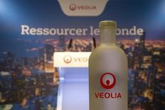 Veollia Environnement est la plus sforte hausse du CAC 40 à la mi-séance lundi NT (+3,78%) est en tête des hausses du CAC 40, la banque Berenberg tablant sur une poursuite de la progression du titre et ayant relevé son objectif de cours de 19,0 à 22,5 euros avec un conseil d'achat. /PHoto prise le 10 février 2015/REUTERS/Charles Platiau
