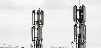 L'Etat français espère vendre les fréquences de la bande 700 mégahertz à des opérateurs télécoms fin 2015 ou courant 2016, a déclaré lundi le secrétaire d'Etat au Budget, Christian Eckert. /Photo d'archives/REUTERS