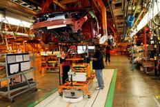 Trtabajadores de General Motors al interior de la planta de ensamblaje Detroit-Hamtramck en Hamtramck, EEUU, nov 30 2010. Los nuevos pedidos de bienes de fábricas de Estados Unidos registraron su mayor incremento en ocho meses en marzo, impulsados por la demanda de equipos de transporte pero la tendencia subyacente se mantuvo débil ante la fortaleza del dólar.   REUTERS/Rebecca Cook