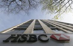 HSBC a fait état mardi d'un bénéfice du premier trimestre en hausse de 4%, la remontée des revenus de la division banque d'investissement de l'établissement britannique ayant permis de compenser une hausse des coûts liés aux efforts entrepris pour se mettre en conformité aux règles. Sur les trois premiers mois de l'année, la première banque européenne a dégagé un résultat avant impôts de 7,1 milliards de dollars (6,4 milliards d'euros). /Photo prise le 9 avril 2015/REUTERS/Gonzalo Fuentes