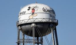 Walt Disney a fait état d'un chiffre d'affaires trimestriel en hausse de 7%, à 12,46 milliards de dollars, et d'un bénéfice net également en augmentation, à 2,11 milliards de dollars (1,23 dollar par action). Le titre, à suivre mardi à Wall Street, prenait 1,82% en avant-Bourse. /Photo prise le 5 février 2015/REUTERS/Mario Anzuoni