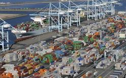 En la imagen aérea, contenedores son vistos en los puertos de Los Angeles y Long Beach, en California.  6 de febrero, 2015. El déficit comercial de Estados Unidos aumentó en marzo a su mayor nivel en casi seis años y medio, ya que las importaciones repuntaron con fuerza después de verse afectadas por una disputa laboral en algunos puertos de la costa oeste, sugiriendo que el crecimiento podría haberse contraído en el primer trimestre. REUTERS/Bob Riha, Jr.