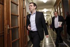 El primer ministro griego, Alexis Tsipras, a su llegada a una reunión en el Parlamento en Atenas, abr 30 2015. Grecia intensificaba el martes los esfuerzos diplomáticos con sus socios de la zona euro para evitar una crisis de liquidez que podría resultar catastrófica este mes, cuando debe realizar un pago al FMI, mientras se agotan sus reservas de efectivo. REUTERS/Alkis Konstantinidis
