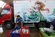 Un hombre vende pescados en el mercado Villa María del Triunfo a las afueras de Lima, mar 30 2015. La industria en Perú crecería entre un 3 y 4 por ciento este año debido a una fuerte recuperación de la actividad pesquera, en línea con el desempeño de la economía del país que habría tocado fondo en febrero, dijo el martes el ministro del sector. REUTERS/Mariana Bazo