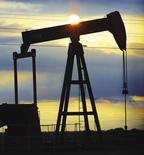 Les cours du pétrole ont terminé en hausse mardi sur le marché new-yorkais Nymex, à leurs plus hauts niveaux de l'année, dopés par de nouvelles perturbations de la production en Libye, une hausse des prix du pétrole saoudien et la faiblesse du dollar.  /Photo d'archives/REUTERS/Kimberly White