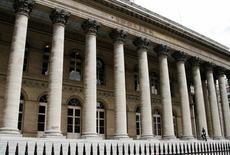 Les principales Bourses européennes étaient en légère baisse mercredi dans les premiers échanges, poursuivant leur repli après leur plongeon de la veille à mesure que les investisseurs font le tri dans l'avalanche de résultats publiés avant l'ouverture. À Paris, le CAC 40 recule de 0,4% vers 09h40.  /Photo d'archives/REUTERS/John Schults