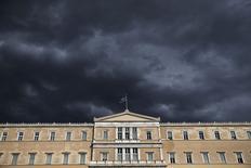 Bandeira grega no topo do Parlamento, em Atenas.   07/04/2015   REUTERS/Alkis Konstantinidis