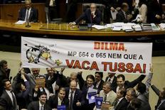 Deputados seguram cartaz contra votação a MP 664 e 665 na Câmara dos Deputados, em Brasília.   05/05/2015  REUTERS/Ueslei Marcelino
