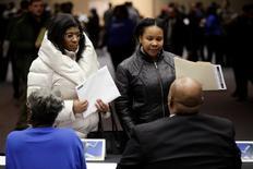 En la imagen, personas acuden a una feria laboral en Detroit, Michigan.  1 de marzo, 2014. Los empleadores privados de Estados Unidos sumaron 169.000 puestos de trabajo el mes pasado, la menor cantidad desde enero de 2014 y bastante debajo de las expectativas de los economistas, mostró el miércoles un reporte de una firma procesadora de nóminas. REUTERS/Joshua Lott