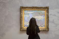 Mulher olhando quadro de Claude Monet, com valor entre 35 e 40 milhões de dólares, durante evento da Sotheby's, em Manhattan.  01/05/2015   REUTERS/Andrew Kelly