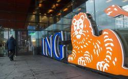 ING a annoncé une hausse plus marquée que prévu du bénéfice du premier trimestre de sa division bancaire, le premier groupe financier néerlandais expliquant cela à la fois par une croissance intrinsèque de ses activités et par des plus-values. Le résultat net courant de la division bancaire d'ING est ressorti à 1,19 milliard d'euros, ce qui représente une hausse de 43% par rapport aux 830 millions du premier trimestre 2014. /Photo d'archives/REUTERS/Toussaint Kluiters/United Photos