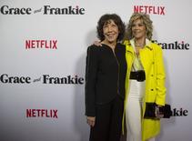 Jane Fonda (de casaco amarelo) e Lily Tomlin durante evento da Netflix, em Los Angeles.   30/04/2015   REUTERS/Mario Anzuoni