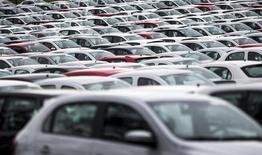 Carros novos em pátio de montadora Volkswagen, em Taubaté (SP). REUTERS/Roosevelt Cassio