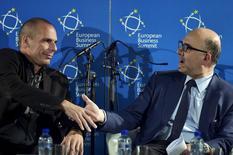 """Pierre Moscovici, le commissaire européen aux Affaires économiques et monétaires, et Yanis Varoufakis, le ministre grec des Finances, à Bruxelles. La Grèce a réaffirmé ses positions jeudi face à ses créanciers internationaux en soulignant que ses """"lignes rouges"""" sur le marché du travail et les retraites n'étaient pas négociables et en demandant à l'Union européenne et au FMI de faire eux aussi des concessions. /Photo prise le 7 mai 2015/REUTERS/Eric Vidal"""
