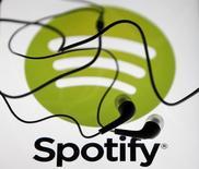 Audífonos sobre la pantalla de una tablet con el logo de Spotify en ella, en Zenica, 20 de febrero de 2014. El servicio de música por streaming Spotify está poniendo su mirada sobre América Latina, donde los 17 países en los que opera podrían alcanzar hasta el 15 por ciento de sus negocios a nivel mundial, dijo el director gerente de la compañía en la región. REUTERS/Dado Ruvic