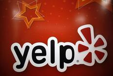 El logo de Yelp Inc. en sus oficinas de Chicago, mar 5 2015. Yelp Inc, el operador del sitio web de revisiones de consumidores Yelp.com, está evaluando una probable venta que podría superar los 3.500 millones de dólares, reportó el diario Wall Street Journal citando a personas familiarizadas con el asunto.  REUTERS/Jim Young
