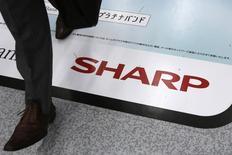Sharp, fabricant japonais d'électronique en proie à des difficultés financières, envisage une réduction drastique de son capital, ce qui a fait plonger son titre de plus de 26% lundi à la Bourse de Tokyo. /Photo d'archives/REUTERS/Toru Hanai
