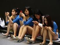 Le marché des smartphones a atteint son point de saturation en Chine, selon une étude publiée lundi par le cabinet IDC qui suggère que cette évolution pourrait avoir des conséquences sur l'ensemble du secteur, dominé par les géants Apple et Samsung Electronics. /Photo d'rarchives/REUTERS/Kim Kyung-Hoon