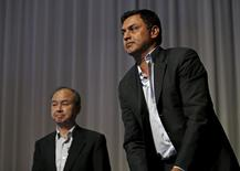 SoftBank a annoncé lundi une réorganisation de sa direction, nommant le directeur des investissements Nikesh Arora (à droite) à la présidence et le qualifiant de successeur potentiel du directeur général Masayoshi Son (à gauche). /Photo prise le 11 mai 2015/REUTERS/Issei Kato