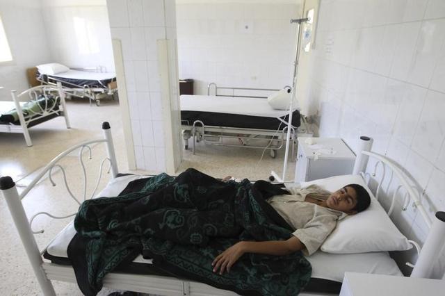 A boy infected by typhoid from polluted water, lies at a hospital in al-Qouniya village in Idlib countryside, May 27, 2013.  REUTERS/Muzaffar Salman