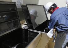 Un trabajador realiza un mantenimiento a una máquina en la planta de la acerera TIM en Huamantla, México, oct 11 2013. La actividad industrial de México se habría expandido en marzo por un alza en la producción manufacturera, especialmente en el sector automotor, que contrarrestó una baja en la minería, mostró un sondeo de Reuters entre analistas y economistas. REUTERS/Tomas Bravo