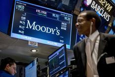 """Una pantalla con el logo de Moody's en la Bolsa de Nueva York, el 20 de enero de 2015. La agencia Moody's Investors revisó el lunes la perspectiva de las calificaciones de la deuda pública de Honduras a """"positiva"""" desde """"estable"""", y afirmó su calificación de emisor en moneda extranjera y local en B3. REUTERS/Brendan McDermid"""