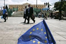 Una bandera de la Unión Europea frente a la plaza de la Constitución en Atenas, 11 de mayo de 2015. Grecia recurrió a reservas de emergencia que tiene en su cuenta en el Fondo Monetario Internacional (FMI) para realizar un pago crucial de deudas por 750 millones de euros (839 millones de dólares) al fondo el lunes, dijeron el martes dos funcionarios del Gobierno. REUTERS/Alkis Konstantinidis