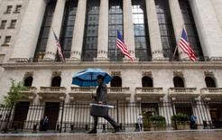 Wall Street a ouvert en baisse prononcée mardi, poursuivant sur sa lancée de la veille dans la mesure où la situation financière de la Grèce reste un gros souci pour les intervenants du marché, qui n'apprécient pas non plus le nouveau coup de tabac sur le marché obligataire. Quelques minutes après l'ouverture, l'indice Dow Jones cède 0,7%, le Standard & Poor's 500 recule de 0,66% et le Nasdaq Composite cède 0,72%. /Photo d'archives/REUTERS/Brendan McDermid
