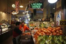 Una persona descargando vegetales en un mercado en Los Angeles, mar 9 2015. La confianza de las pequeñas empresas de Estados Unidos se incrementó en abril y las firmas del sector de energía se mostraron sorpresivamente optimistas en torno a sus planes de contratación y gastos de capital, lo que respalda la expectativa de que el crecimiento económico estaría repuntando.  REUTERS/Lucy Nicholson