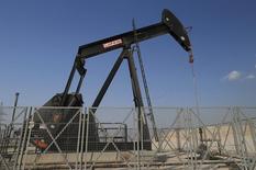 Una unidad de bombeo de crudo operando en Sakir, Bahréin, oct 11 2014. La Organización de Países Exportadores de Petróleo dijo el martes que su producción aumentó más en abril, manteniendo un exceso del suministro en el mercado pese a una mayor demanda y a señales de que está funcionando la estrategia del grupo de dejar que los precios bajen para afectar a otros productores. REUTERS/Hamad I Mohammed
