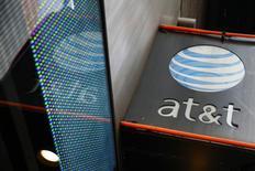 Una tienda de AT&T en Nueva York, oct 29 2014. La oferta de AT&T Inc de 49.000 millones de dólares para adquirir DirecTV probablemente no será bloqueada por las autoridades estadounidenses, reportó el martes el Wall Street Journal tras citar a fuentes familiarizadas con el asunto. REUTERS/Shannon Stapleton
