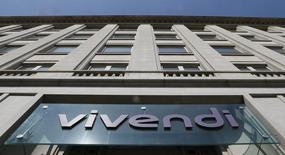 El logo del conglomerado Vivendi en su casa matriz de París, abr 8 2015. La compañía de medios europea Vivendi reportó el martes un crecimiento en las utilidades del primer trimestre y dijo que planea comprar el resto de la unidad SECP a Canal Plus por unos 500 millones de euros, buscando poner a trabajar su gran cantidad de efectivo disponible.       REUTERS/Gonzalo Fuentes
