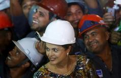 Presidente Dilma Rousseff ao lado de operários durante visita a obras do metrô do Rio de Janeiro. 12/05/2015 REUTERS/Ricardo Moraes