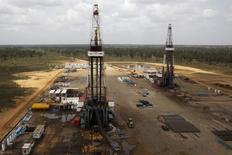 Буровые установки на нефтяной скважине в Венесуэле. 16 апреля 2015 года. ОПЕК в апреле повысила добычу нефти, поддерживая ее избыток на мировом рынке, несмотря на рост потребления. REUTERS/Carlos Garcia Rawlins