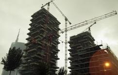Construction à Milan. La croissance de l'économie italienne a été légèrement supérieure aux attentes au premier trimestre grâce à la demande intérieure, confortant les espoirs d'une reprise cette année après trois ans de récession. Le produit intérieur brut (PIB) a progressé de 0,3% après avoir stagné au quatrième trimestre de l'an dernier. /Phoot prise le 18 avril 2012/REUTERS/ Stefano Rellandini