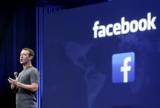 """Mark Zuckerberg habla durante la conferencia Facebook F8, en San Francisco, California, 25 de marzo de 2015. Facebook se ha aliado con nueve medios en un acuerdo que les permitirá inyectar """"artículos instantáneos"""" directamente al hilo de noticias móvil de la red social. REUTERS/Robert Galbraith"""
