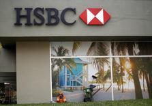 Gari descansa em frente a uma agência do HSBC em Curitiba. 24/06/2014 REUTERS/Amr Abdallah Dalsh