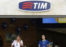 Mulher fala ao celular perto de uma funcionária numa loja da Tim no Rio de Janeiro. 20/08/2014 REUTERS/Pilar Olivares