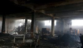 Помещение сгоревшей обувной фабрики в Валенсуэле. 14 мая 2015 года. Количество погибших в результате пожара на фабрике в столице Филиппин Маниле увеличилось до 72 человек, сообщил в четверг представитель противопожарной службы. REUTERS/Erik De Castro