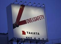 Foto de archivo de un cartel publicitario de Takata Corp en Tokyo, 17 de septiembre de 2014. Honda Motor Co y Daihatsu Motor Co anunciaron el jueves que llamarán a revisión a más de cinco millones de automóviles para reemplazar unos infladores de airbags potencialmente fatales fabricados por la firma japonesa Takata Corp. REUTERS/Toru Hanai/Files